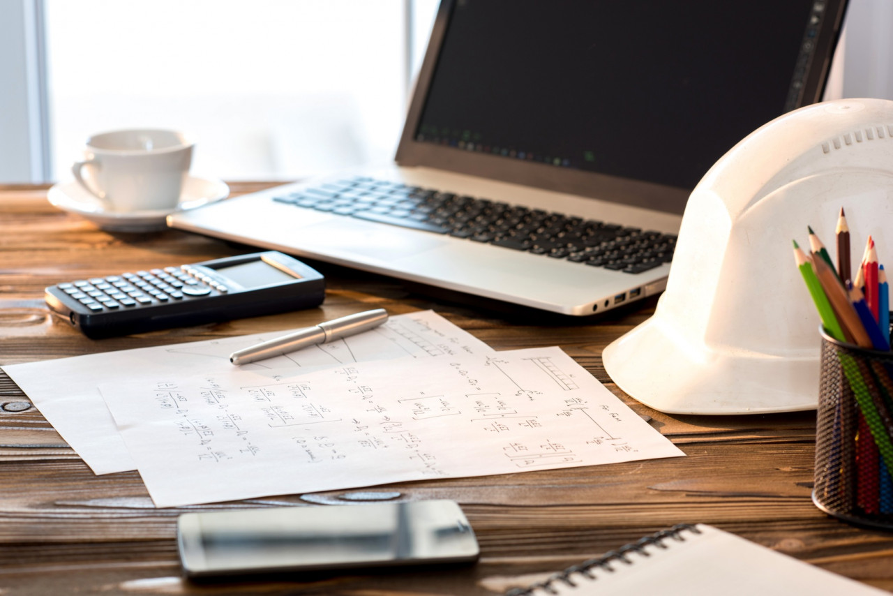laptop-calculator-hardhat-formulas_Fotolia_137753341_M